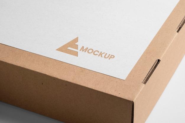 Design de logotipo mock-up na caixa de papelão