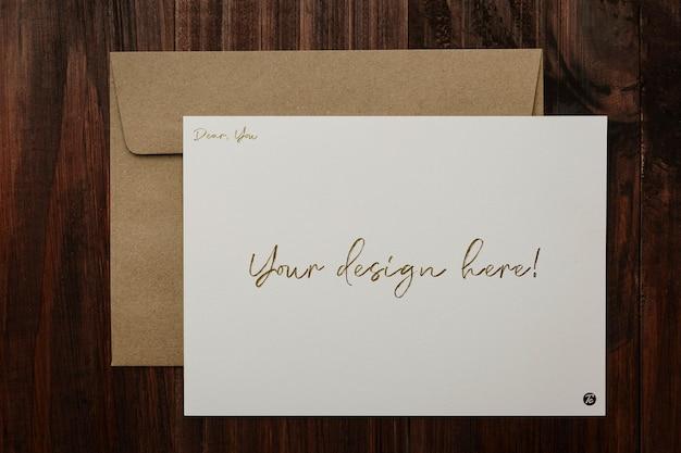 Design de maquete de cartão e envelope