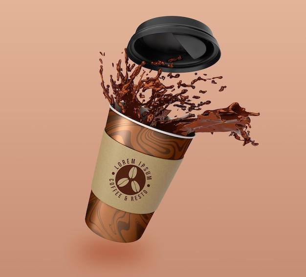 Design de maquete de copo de papel flutuante para levar café e chá