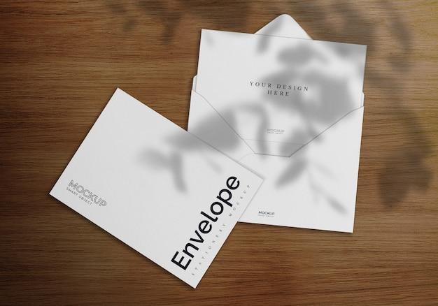 Design de maquete de envelope de madeira