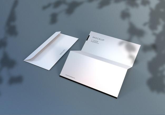Design de maquete de envelope e papel timbrado de monarca