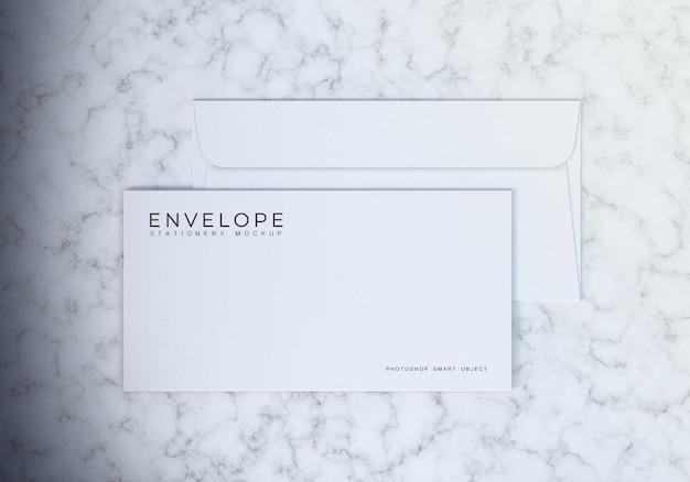 Design de maquete de envelope simples monarca branco limpo com mesa de mármore