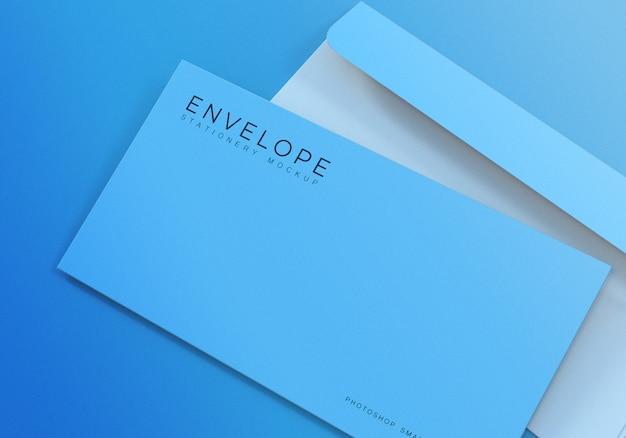 Design de maquete de envelope simples monarca escritório closeup com fundo azul claro