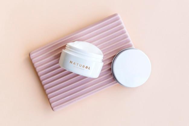Design de maquete de frasco de creme facial