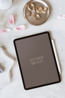 Design de maquete de tablet digital feminino