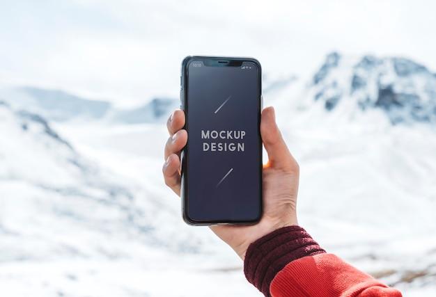 Design de maquete de telefone móvel pelas montanhas do himalaia
