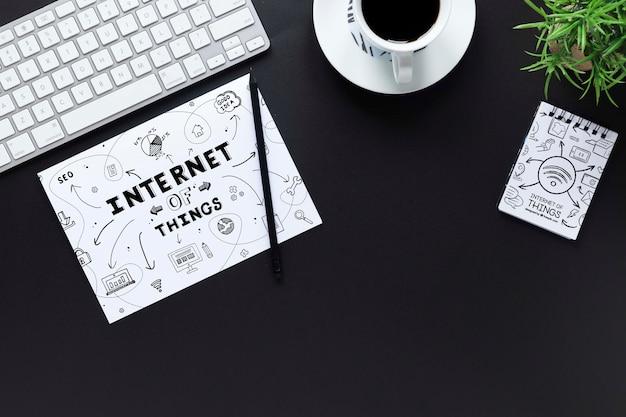 Design de mesa elegante com maquete de notebook