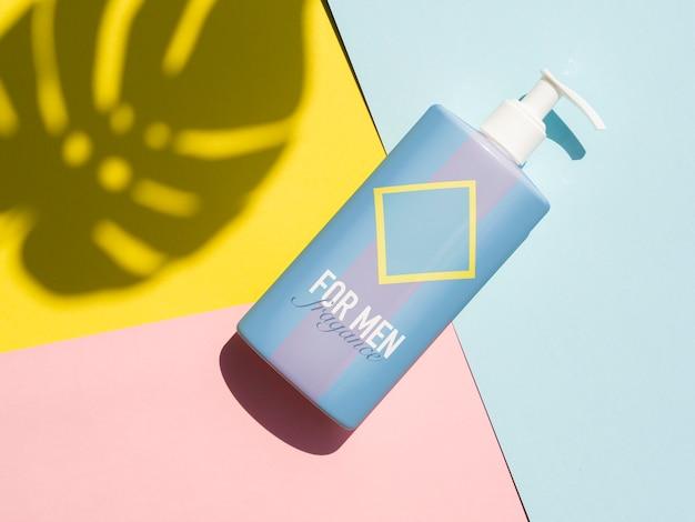 Design de produto de vista superior com maquete de garrafa