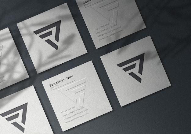 Design realista de modelo de cartão de visita quadrado em relevo