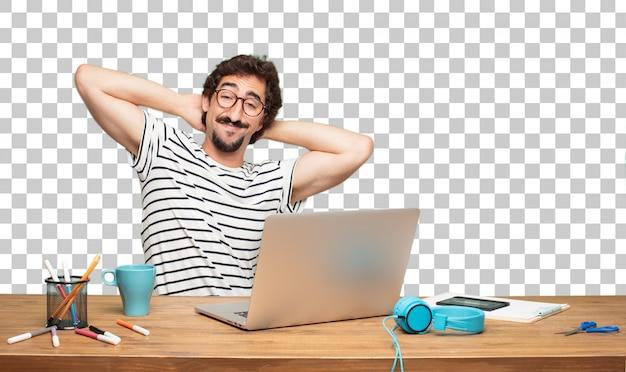 Designer gráfico do homem farpado novo. expressão de satisfação