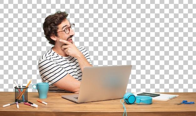Designer gráfico do homem farpado novo. expressão espantada ou chocada