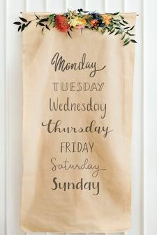 Dias da semana em uma maquete de papel pardo