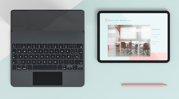 Disposição da vista superior com tablet e teclado