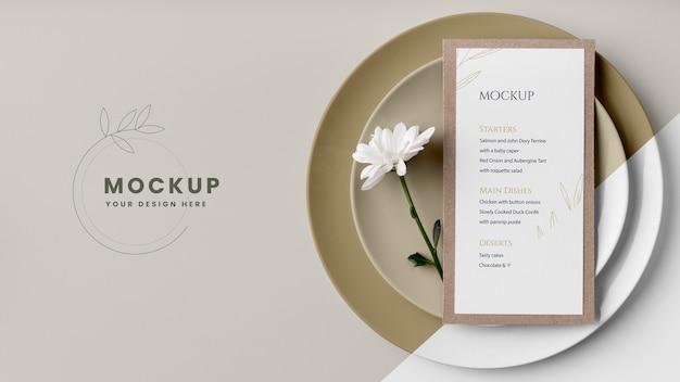 Disposição plana da mesa com maquete do menu de primavera e flores