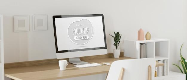 Dispositivo de computador com tela de maquete na mesa no espaço de trabalho doméstico