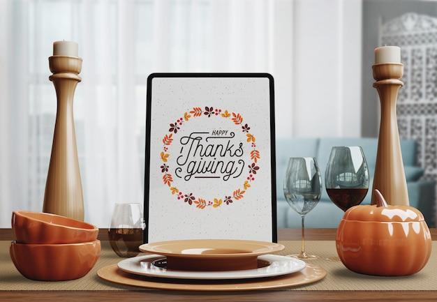 Dispositivo de tablet para o dia de ação de graças com arranjo de mesa