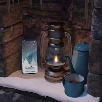 Dispositivo e chá quente na chaleira na lareira