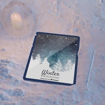 Dispositivo eletrônico na luz do bloco de gelo por vela