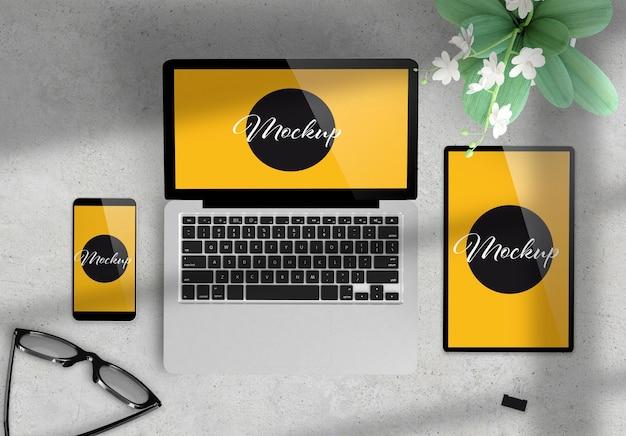 Dispositivos em uma maquete de desktop com elementos deco