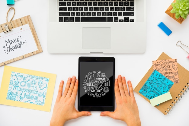 Dispositivos modernos na mesa para o trabalho