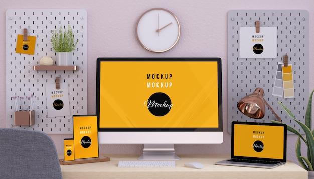 Dispositivos responsivos em design de maquete rosa para desktop