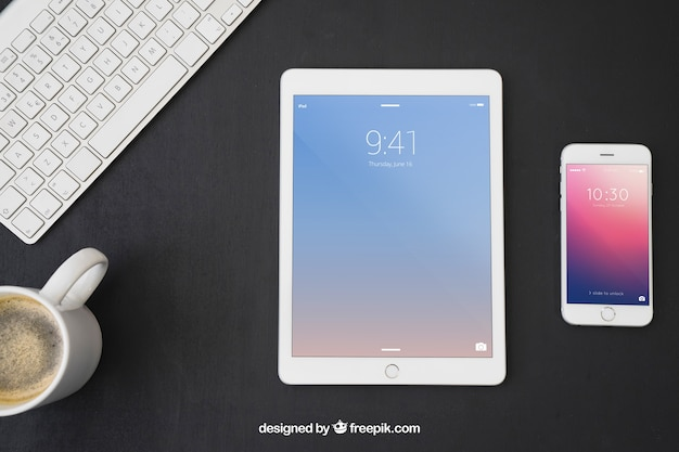 Dispositivos tecnológicos, teclado e caneca de café
