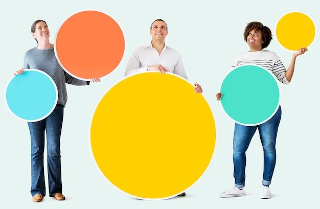 Diversas pessoas segurando círculos coloridos
