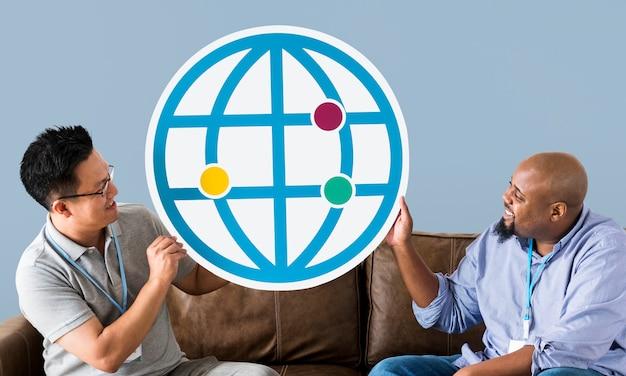 Diversos homens segurando o ícone do navegador