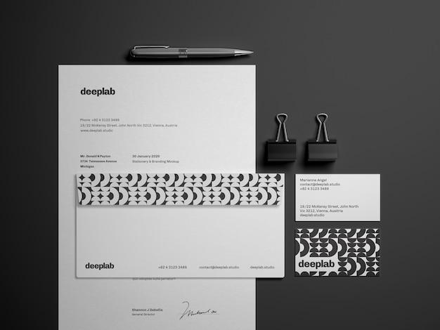 Documento com cartões de visita, envelope, caneta e clipes