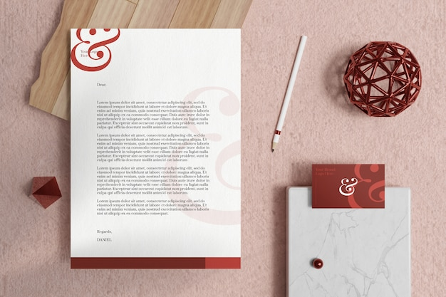 Documento timbrado a4 com cartão de visita e maquete de papelaria no tapete rosa suave