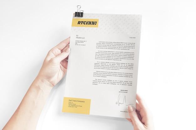 Documentos comerciais com maquete de clipe
