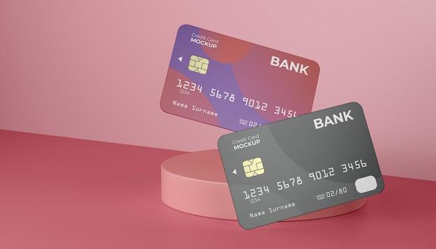 Dois cartões de crédito flutuantes com simulação de chip em pedestal com fundo de parede e piso