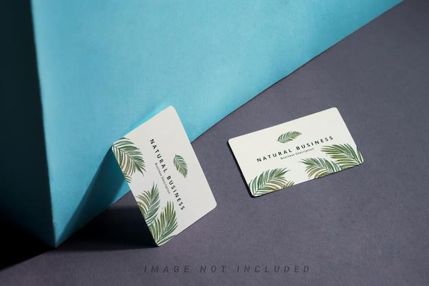 Dois cartões de visita na mesa escura