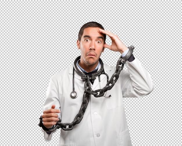 Doutor em causa com cadeias contra fundo branco