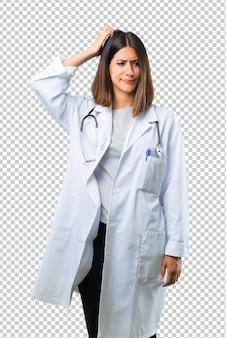 Doutor, mulher, com, estetoscópio, tendo, dúvidas, e, com, confundir, rosto, expressão, enquanto, riscando cabeça