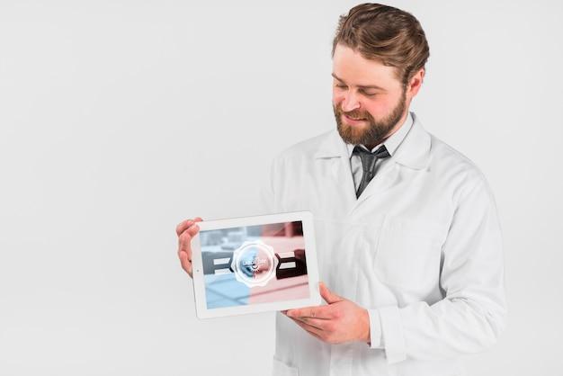 Doutor, segurando, tabuleta, mockup, para, dia trabalho