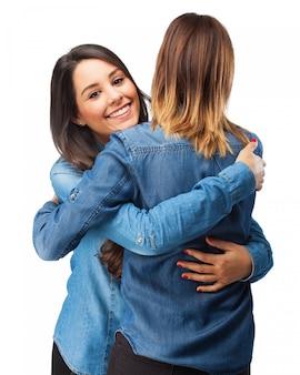 Duas mulheres que abraçam