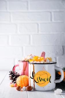 Duas xícaras com chocolate quente e marshmallows