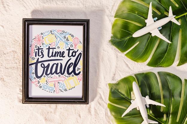 É hora de viajar, letras sobre viajar, com folhas de palmeira e aviões de brinquedo