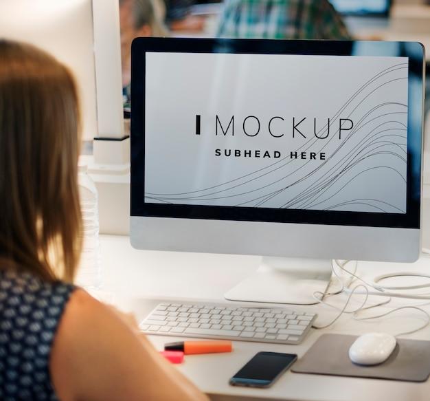 Editor trabalhando em uma maquete de tela de computador