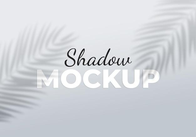 Efeito de sobreposição cinza de maquete de sombras transparentes com folhas de palmeira