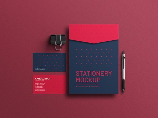 Elegante envelope a4 vermelho com maquete de conjunto de papelaria de cartão de visita