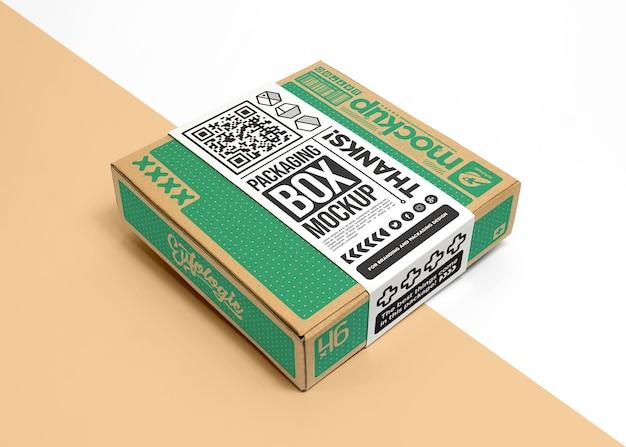Embalagem de caixa de papelão com maquete de etiqueta de embrulho