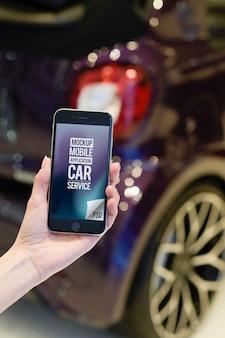 Empregado de serviço de carro mão segurando smartphone moderno