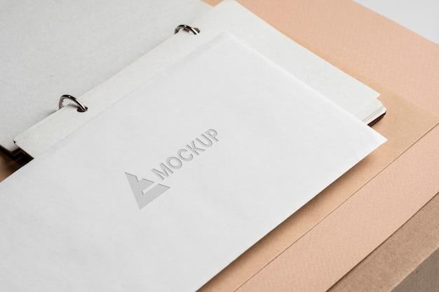Empresa de design de logotipo de mock-up em papel branco