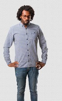 Empresário americano africano bonito duvidando e confuso, pensando em uma idéia ou preocupado com alguma coisa