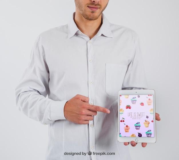 Empresário apontando para tablet