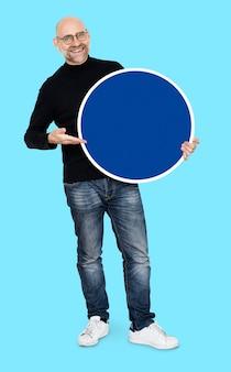 Empresário legal segurando um círculos em branco