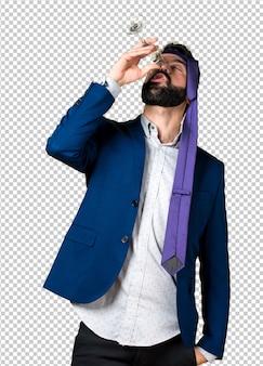 Empresário louco e bêbado bebendo