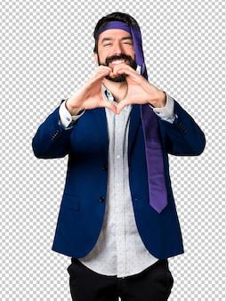 Empresário louco e bêbado, fazendo um coração com as mãos